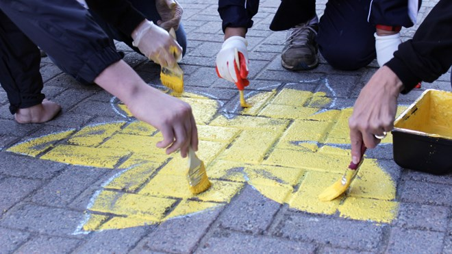 Downtown Sudbury will have a distinct décor over the next several weeks as yellow daffodils are popping up along the sidewalks and yellow bows strewn about trees, poles and parking meters. (Callam Rodya/Sudbury.com)